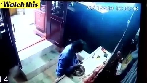 印度奇葩盗贼搞笑盗窃现场 寺庙里偷王冠边拜边偷