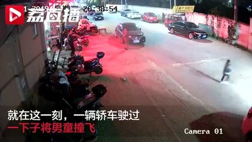 出门牵好娃的手!4岁男童突然冲向马路中间被撞飞