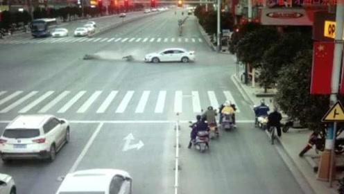 不急这一秒!两车抢红灯急穿斑马线,电动车被撞飞