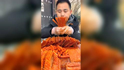 农村小伙吃辣条太拼了,这胃承受得住吗?