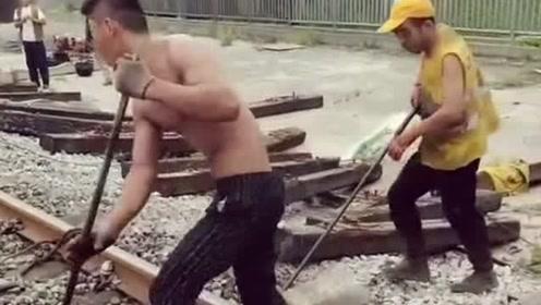 男人眼中的真男人,女人眼中的穷屌丝,没有他们就没有现在的火车轨道!