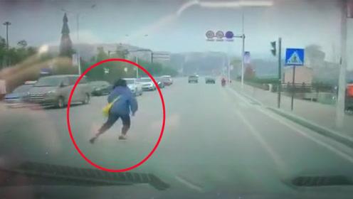 女孩过马路突然半路折返 车辆躲闪不及瞬间将其撞倒