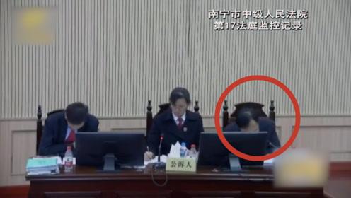 倒下瞬间让人泪目!检察官公诉席上突发心脏病殉职,年仅53岁