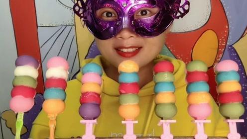 """小姐姐吃创意""""五彩糖葫芦串串巧克力"""",缤纷好吸睛,甜蜜柔滑脆"""