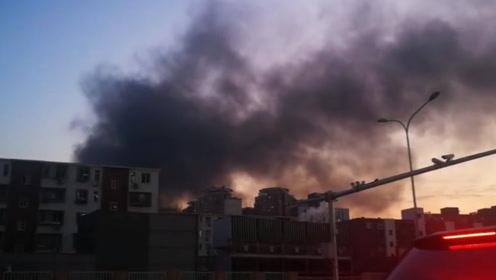 北京朝阳王四营地区出现火情 浓烟直冲天空 消防火速赶到