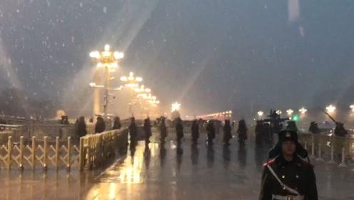 北京暴雪蓝色预警!实拍市民冒雪观看天安门升旗仪式
