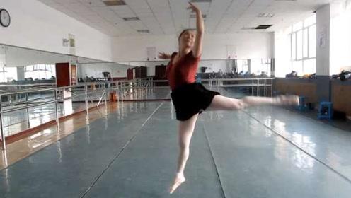 63岁阿姨身带钢板教芭蕾:身姿轻盈如少女,能完成高难度动作