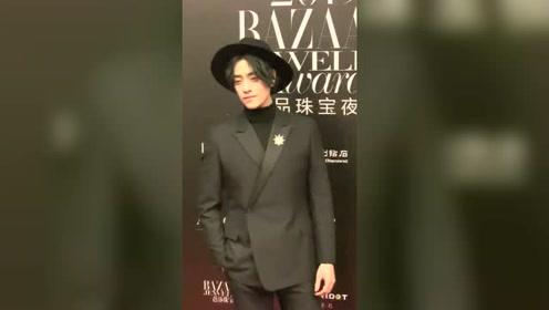 郑云龙黑色西装配礼帽登上红毯 这位绅士太帅了