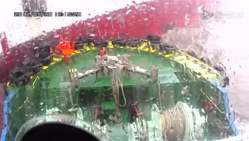 上海洋山港拖轮惊涛骇浪中接送引航员