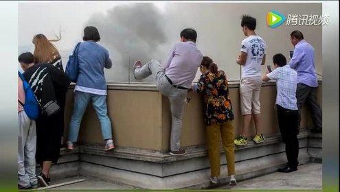 杭州市民不顾危险爬到楼顶围观火灾