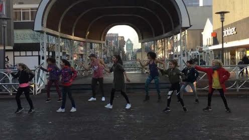 荷兰民众街头组团大跳中国大吉舞引路人围观