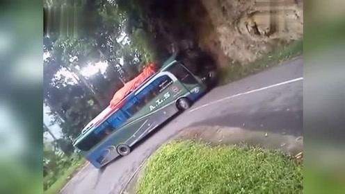 真正老司机!环形弯道太难过 看大客车司机怎么处理