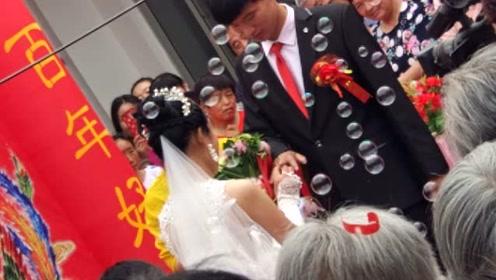 实拍:农村婚礼现场,新娘戒指真不小,把街坊邻居都羡慕坏了