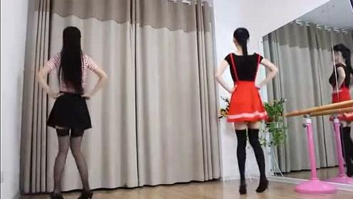 巧小君双胞胎舞蹈秀,姐妹配合相当默契!很养眼!