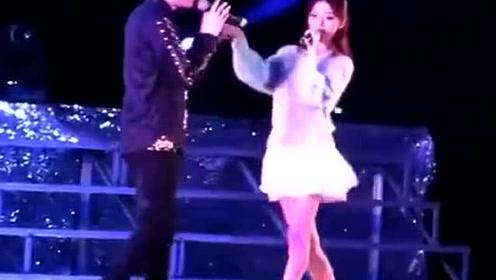 徐良和小凌在四川师范再唱《客官不可以》,激起了学生们的回忆!