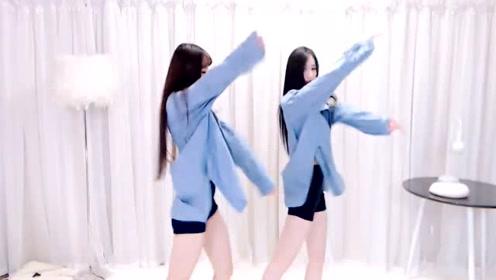 两可爱的妹子跳起了清新脱俗的舞蹈
