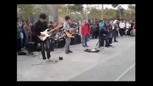 高手在民间,街头艺人震撼演绎《敢问路在何方》 拉二胡大叔哭了