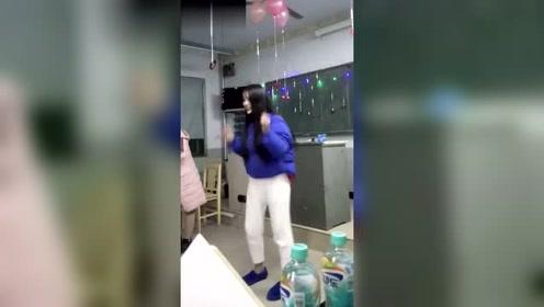 班级晚会上,美女班花跳了这么一段舞,同学们看得很开心