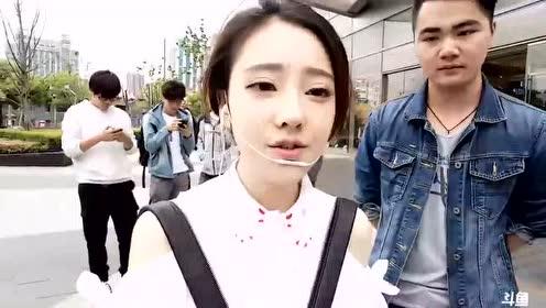 冯提莫边走边唱《一生所爱》引来一群粉丝围观!