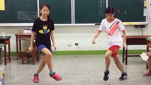 两位小美女教室里跳《SEVE》鬼步舞好看极了