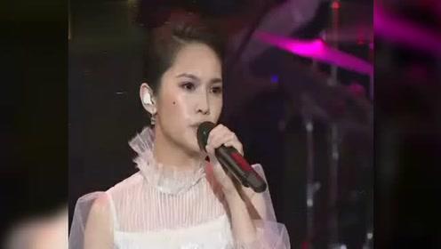 陈奕迅与杨丞琳在金马奖串烧经典情歌,太好听了,完全被陶醉!
