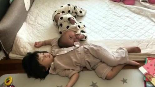 小宝宝睡醒后自己学爬,爬到姐姐身边就躺下想叫姐姐起床,萌翻了