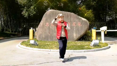 大爷嗨跳热舞《咖喱咖喱》妖娆舞姿完胜广场大妈