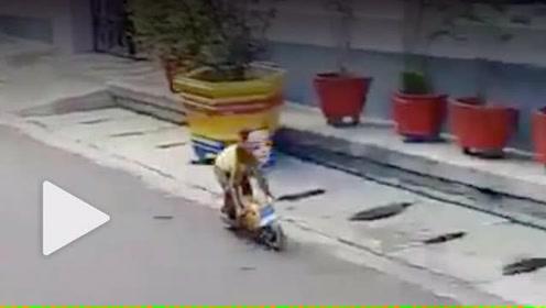 印尼小猴子骑小型摩托车飞驰 男童惨被撞飞扑倒在地