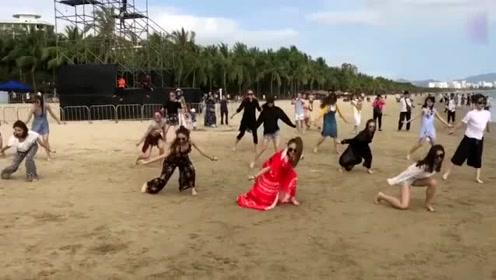舞蹈生门沙滩上即兴表演,音乐响起那一刻,整个沙滩都亮了!