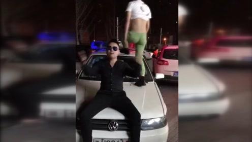 两主播踩踏警车被拘:同伴耍酷 自己不能输了气质