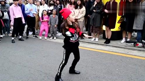 小女孩街头跳舞,引路人围观,叫好声不断