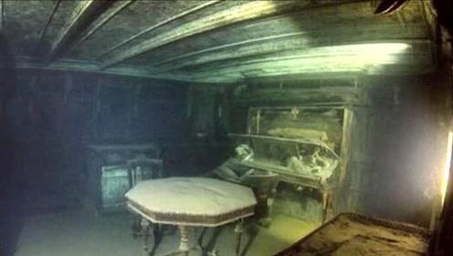摄影师探秘湖底百年沉船 船体保存完好