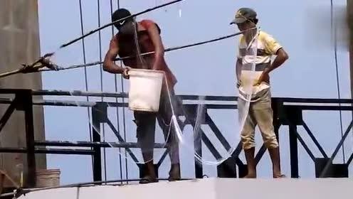 洪水正猛,小伙带着超长渔网慌忙赶来抓鱼,接下来的一幕让人惊喜