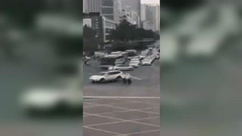 司机驾车猛撞人群,将路人卷入车底!惹众怒,遭大家围攻……