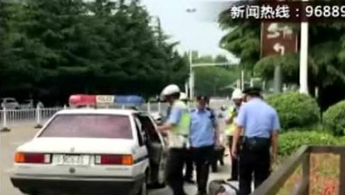 """惊险!6旬老人躺马路中央""""求车撞"""""""