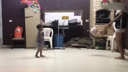 小小方-现在的小孩太厉害了 跳着芭蕾舞玩功夫