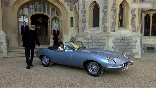 新婚夫妇哈里王子和Meghan Markle开车去晚宴
