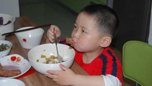 宝宝不爱吃饭?教你两招孩子乖乖自己吃饭,再也不用追着喂!