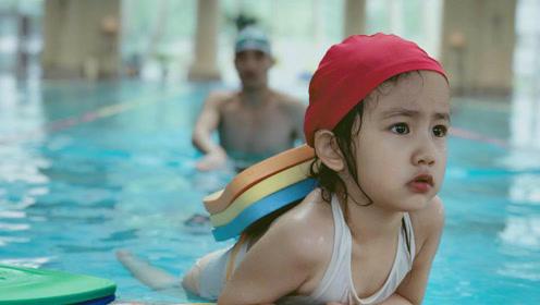 多妹游泳游不动了想上岸 委屈巴巴求助妈妈孙莉