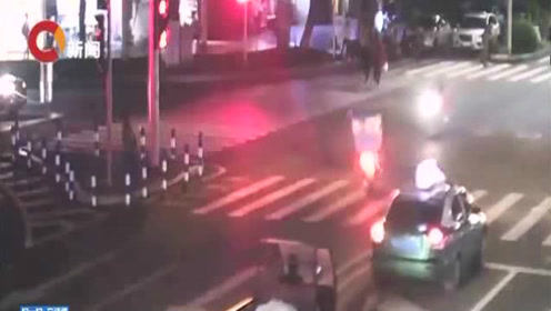 两摩托车相撞连人带车腾空翻 都是酒驾惹的祸