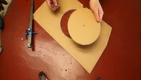 小伙用一根钢管制作圆规,用来画纸板很不错