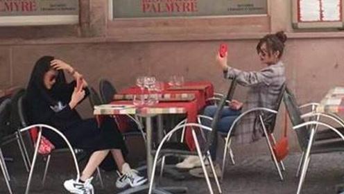 网友偶遇赵薇在自拍 赵薇竟然将自拍照交了出来