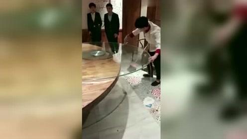 老板看完了小哥的手法,直接加工资!