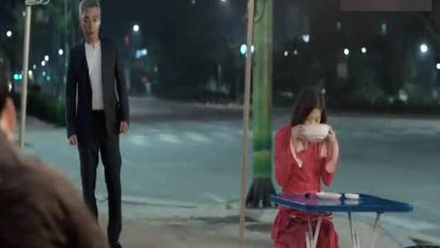 韩国人特别喜欢吃路边的白煮素面,配上泡菜能喝好几瓶白酒!
