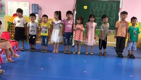 幼儿园小朋友们玩文字游戏,把宝宝整懵了
