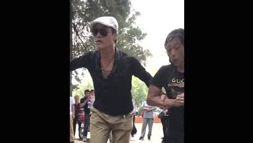 高能!大叔大妈不一样的广场舞,舞姿魔性,表情更赞!