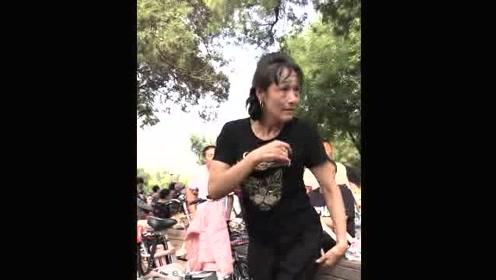 高能大妈跳广场舞舞姿独特,关键这表情也太到位了!