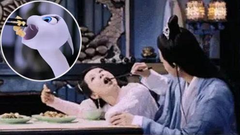 杨紫贪吃蛇视频曝光 学小白蛇吐舌头真是萌