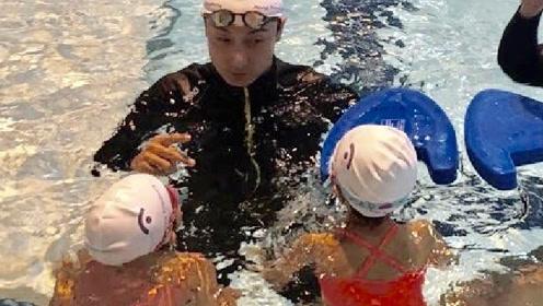 黎姿罕见晒3个女儿近照 在方力申指导下学游泳姿势很标准