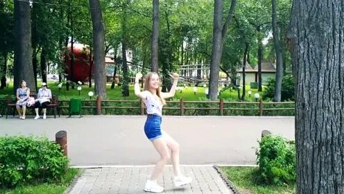 萝莉帅气翻跳BTS《ANPANMAN》阳光下大长腿白的发光 长大不得了